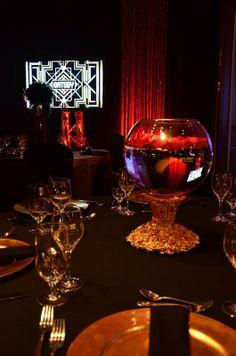 Centre de table style Gatsby par Carte Blanche / Espace rive-sud Wine Decanter, Gatsby, Barware, Centre, Table, Wine Carafe, Mesas, Desk, Tabletop