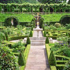 Fountain in Knot Garden, Hatfield House Gardens, Hertfordshire, home to Elizabeth I in her childhood.