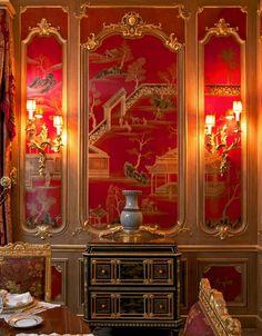Kinesisk inredning med den typiska, röda färgen och lyxigt guld #chinoiserie #asianinterior #asianred