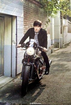 Omo oppa on a motorcycle Ji Chang Wook Smile, Ji Chang Wook Healer, Ji Chan Wook, Korean Star, Korean Men, Korean Wave, Asian Actors, Korean Actors, Korean Dramas