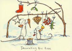 Karte mit zwei Mäusen, die einen Ast weihnachtlich schmücken und dem Text Decorating the treea, gezeichnet von Anita Jeram