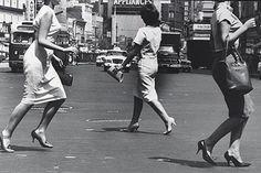 """Từ 1950, giày cao gót thực sự được ưa chuộng như một """"món ăn"""" quen thuộc của phụ nữ. Cùng với sự cải cách của những chiếc váy để lộ chân nhờ phong trào nữ quyền, giày cao gót cũng bắt đầu trở nên sắc sảo và tinh tế trong từng đường nét. Giày cao gót vào năm 1952 không còn xa lạ đối với phụ nữ nữa. Họ đã có thể sử dụng nó để đi lại hàng ngày kết hợp cùng những chiếc váy ngang gối dịu dàng."""