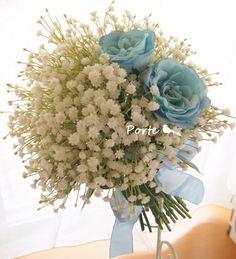 かすみ草の中に3輪の青いバラのクラッチブーケ ウェディングブーケ・花冠・通販専門店「ぽると」
