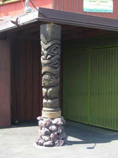 Cool Tiki Garden Tiki Bar Ornament Ideas for Your Home. Knowing what models of home bar design concepts are at home and the stages in their development. The bar is someti. Tropical Backyard, Backyard Bar, Tiki Pole, Tiki Tiki, Tahiti, Tiki Head, Outside Plants, Tiki Decor, Tiki Lounge
