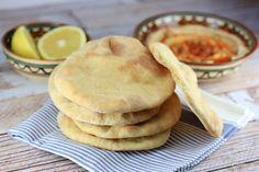 El pan de pita es uno de los panes más antiguos que existen, muy fácil de preparar en casa y totalmente diferente al que venden en los supermercados.