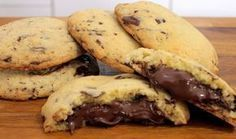 Μια πολύ εύκολη και γρήγορη συνταγή για τέλεια, λαχταριστά cookies με σταγόνες ή κομματάκια κουβερτούρας και γέμιση Νουτέλα ... Απλά υπέροχα... Δείτε το βί