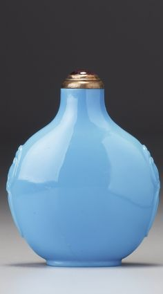 A TURQUOISE-BLUE GLASS SNUFF BOTTLE ATTRIBUTED TO THEYANGZHOU SCHOOL, QING DYNASTY, 19TH CENTURY