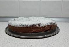 Smetanu zahřejeme na mírném plameni a necháme v ní rozpustit čokoládu.  2 Když je čokoláda úplně rozpuštěná přidáme kokos (případně sladidlo dle chuti) a pořádně promícháme.  3 Teplé nalejeme do dortové formy, posypeme kokosem a necháme v ledničce ztuhnout do druhého dne. Cake, Desserts, Food, Tailgate Desserts, Deserts, Food Cakes, Eten, Cakes, Postres