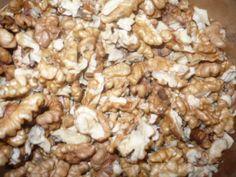 Vyloupané ořechy nandáme o vymytých a vysušených sklenic. V mikrovnce vlníme 1,5 min na plný výkon. Pak sklenice vyndáme, zavíčkujeme a obrátíme dnem vzhůru asi na 5 min. Sklenice se po zavíčkování orosí, ale vlhkost se rychle vstřebá. Poznámka: Takto zavařené ořechy vydrží mnoho let a po otevření chutnají jako čerstvé. Můžeme je takto uchovávat, pokud pro ně nemáme místo v mrazáku. Snack Recipes, Snacks, Stuffed Mushrooms, Vegetables, Food, Snack Mix Recipes, Stuff Mushrooms, Appetizer Recipes, Appetizers