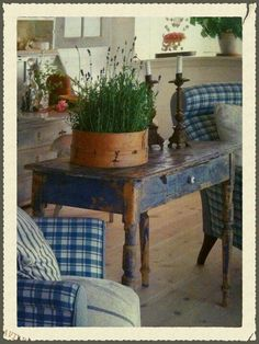 shabby little blue table with lavender. Prim Decor, Rustic Decor, Farmhouse Decor, Primitive Decor, Primitive Tables, White Farmhouse, French Farmhouse, Farmhouse Table, Blue Painted Furniture