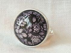 Bague ajustable et cabochon en verre 20 mm. Papier fleuri noir et blanc. : Bague par pour-dire-merci