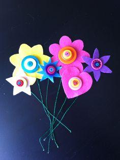 Blommor av filt, ståltråd o knappar