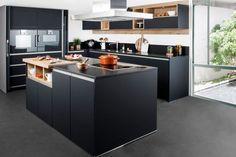 La cuisine noire version chic avec îlot central qui joue de la modernité minimaliste
