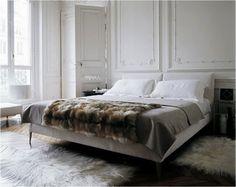 Une idée déco sympa, jeter un paid fausse fourrure sur son lit blanc!