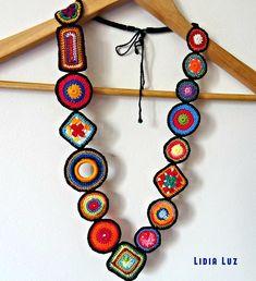 Pedacinhos de cor, colar de crochê Pieces of color, crochet necklace Textile Jewelry, Fabric Jewelry, Crochet Bracelet, Crochet Earrings, Crochet Jewellery, Crochet Flowers, Crochet Lace, Beaded Lace, Crochet Geek