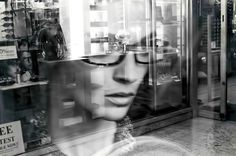 """Letta da Diego De Nadai una poesia di Cesare Pavese: Agonia. Una ricerca di vita tra la gente, una speranza di trovarla tra i colori: come sempre nelle sue poesie troviamo l'irrequietezza. """"Girerò per le strade finché non sarò stanca morta saprò vivere sola e fissare negli occhi ogni volto che passa e restare la stessa. Questo fresco che sale a cercarmi le vene è un risveglio che mai nel mattino ho provato così vero: [segue]  #cesarepavese, #agonia, #lavorarestanca, #ricerca, #poesia,"""