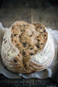 Il pane con noci e uvetta è un pane rustico preparato con farina di tipo 1, farina di segale integrale, lievito madre, gherigli di noci e uva secca.