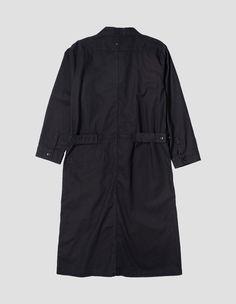 robe mhl Coupe ample à enfiler. Longueur au niveau du genou avec 3 poches plaquées INCLINÉEs. Patte de serrage boutonnée à la ceinture.   100% Coton  Lavage en machine