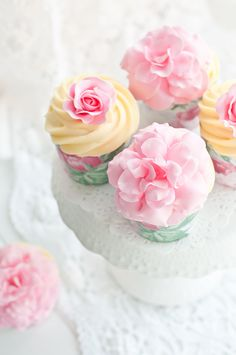 Ispahan Rose Cupcakes - I probably wont make them as in the recipe, but sure love the  way they are decorated