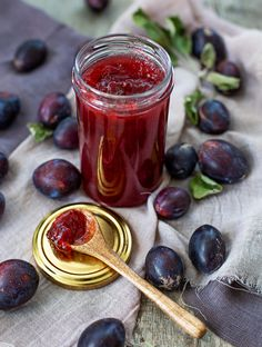This is a beautiful red plum marmalade with vanilla and dark rhum. Homemade Liquor, Homemade Sweets, Healthy Recepies, Jam Recipes, Fruits And Veggies, Afternoon Tea, Pickles, Food Photography, Food And Drink