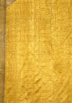 Glockenkasel des Erzbischofs Willigis von Mainz Byzanz, 2. Hälfte 10. Jahrhundert Seide, einfarbig gemustertes Samitgewebe in Köper 1/2, S-Grat 144,0 x 282,0 cm Inv.-Nr. 11/170.1-2 | Bayerisches Nationalmuseum