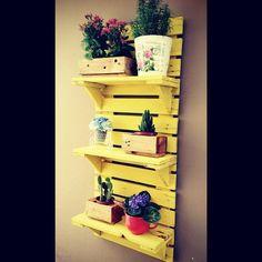 Prateleira em madeira de palete, lixada e pintada, disponivel nas cores azul, vermelho, lilas, kiwi, natural e preta.