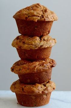 Muffins met rijpe mango en er zit zelfs courgette in Baking Recipes, Snack Recipes, Snacks, Healthy Baking, Healthy Treats, Mango Muffins, Healthy Recepies, Breakfast Cake, Breakfast Muffins