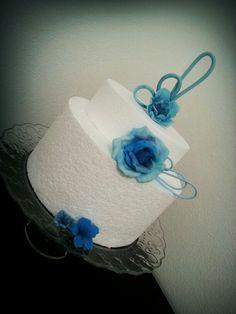 Un tocco di blu. ... #decoration #torta #decorazioni #cakedesign #fondant #pastadizucchero #diy #flowers