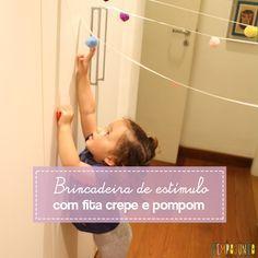 Bastam fita crepe e pompom, ou papel amassado, para fazer uma brincadeira de estímulo que incentiva a criança a aprender a pular.