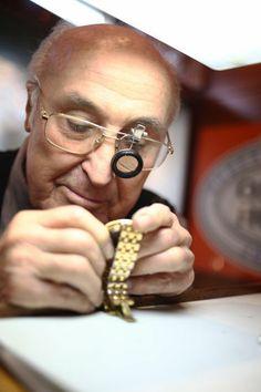 Seit 57 Jahren: 1957 gründete der Uhrmachermeister und Juwelier Oskar Hofer sein Geschäft an der Wiener Straße. Mehr zur Wiener Straße hier: http://www.nachrichten.at/oberoesterreich/linz/Die-Wiener-Strasse-Hier-ist-Linz-besonders-multikulturell;art66,1324936 (Bild: Weihbold)