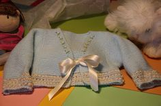 Chaqueta de primera postura a punto de uña Esta chaquetita de primera postura con punto de uña, l. Knitting For Kids, Baby Knitting, Crochet Baby, Knit Crochet, Bebe Baby, Baby Cardigan, Free Baby Stuff, Baby Sweaters, Unisex Baby