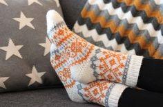 Sweet things: Keltaista ja harmaata Knitting Charts, Knitting Socks, Knitted Hats, Knitting Patterns, Knit Socks, Cute Socks, Holiday Travel, Mittens, Knit Crochet