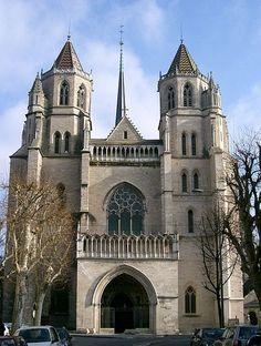 La cathédrale Saint-Bénigne de Dijon est une église orientée de style gothique du XIIIe siècle de Dijon en Côte-d'Or en Bourgogne, dédiée à saint Bénigne de Dijon (martyr du IIe siècle). Abbatiale de l'abbaye Saint-Bénigne de Dijon (VIe siècle) devenue tardivement cathédrale à la création de l'évêché de Dijon en 1731, elle est classée aux monuments historiques depuis 1862[ et la crypte est classée aux monuments historiques depuis 1846. Il s'agit de l'édifice avec une hauteur de 93 mètres