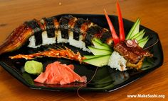 How to make dragon sushi rolls - Learn how to create stunning sushi dishes with the guidance of self-taught sushi chef, Davy Devaux. Chef Sushi, L'art Du Sushi, Sushi Art, Dragon Roll Sushi, Sushi Roll Recipes, Sushi Dishes, Food Porn, How To Make Sushi, Homemade Sushi