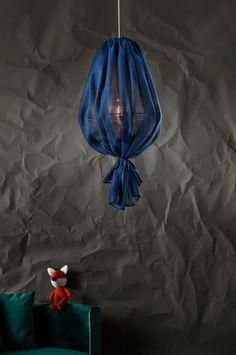 Taklampe i linblanding med høy kosefaktor. Lampen har en nydelig, litt landlig stil med knute nederst.Materiale: Metall og tekstil.Størrelse: Høyde 71 cm, Ø 40 cm.Beskrivelse: Taklampe med metallstamme, kledd med linblanding med terylene. Ledningslengde 1,2 m. Lyspære medfølger ikke. Takkontakt inngår ikke pga. nye EU-regler. Den kan kjøpes separat, og heter THE ROOF takkontakt.Sokkel/lyspære: 1 stk E27, maks 60 w lyspære.Tips/råd: FRASER gjør seg ekstra fint i en gruppe der lampene henger Drawstring Backpack, My House, Home Decor, Frases, Pedestal, Metal, Homemade Home Decor, Drawstring Backpack Tutorial, Decoration Home