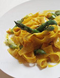 Pasta con gli asparagi e zafferano - I will make something like this for dinner, but using malloreddus (gnoccheti sardi) and a little variation on the sauce