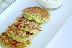 Dit superlekkere recept voor courgette pannenkoekjes met yoghurtdipkomt vanUitpaulineskeuken.nl, de site van Pauline. Maak eerst de dip: meng de mayonaise met de Griekse yoghurt. Hak de bieslook fijn en voeg dit toe aan de dip. Zet het vervolgens apart. Hak de courgettes, de ui, de rode peper en de knoflook fijn in een keukenmachine. Laat …