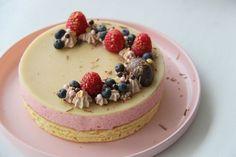 Til min fødselsdag forrige lørdag bagte jeg en (når jeg selv skal sige det) ret lækker lagkage med jordbærmousse, lavet af jordbær fra haven (eller altså, de kommer fra fryseren nu ;) ), der smager af sommer og sol. En skøn dessert, der er let og sød/syrlig ovenpå en god middag ;....