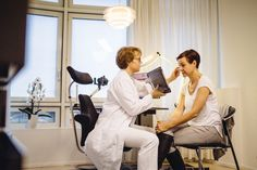 Patientengespräch vor einem ästhetischen Eingriff, Praxis Dr. Waibel Berlin.