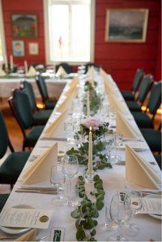Oppdekket bryllupslokale på Øvre-Eide Gård i Bergen. Bergen, Eid, Table Settings, Table Decorations, Home Decor, Decoration Home, Room Decor, Place Settings, Home Interior Design