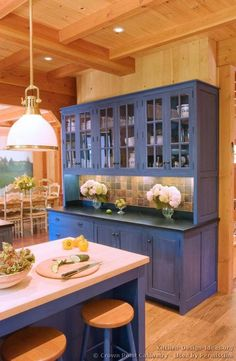 Idea of the Day: Blue Kitchen Cabinets. (By Crown Point Cabinetry) Küchen Design, Layout Design, Design Ideas, Interior Design, Kitchen Furniture, Kitchen Decor, Kitchen Paint, Kitchen Display, Cabin Furniture