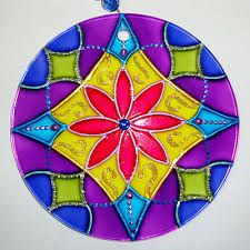 Resultado de imagen para vitrales artisticos en papel Cd Crafts, Arts And Crafts, Mandala Art, Pista Shell Crafts, Devin Art, Recycled Cds, Cd Art, Stained Glass Panels, Pottery Painting