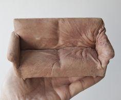 PHOTOS. Art : des mini-meubles fabriqués avec des moulages de peau humaine