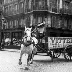 """Après les fêtes, livraison d'eau... """"Vittel Horse Wagon"""", Paris, 7 Septembre 1950 Photo Benjamen Chinn"""