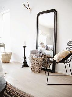 Le grand miroir posé à même le sol : le parfait détail déco !