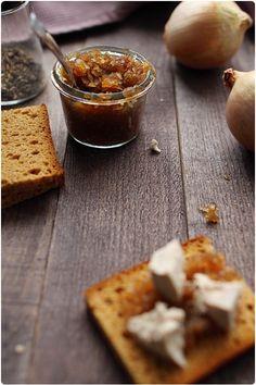 Pour accompagner votre foie gras, rien de mieux qu'un confit d'oignons maison ! Très très simple, il ne faut pas hésiter à se lancer ! On peut remplacer