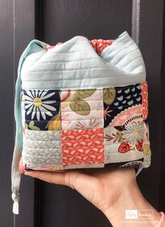 Project Bag with Sew Retro Fabric – Kelly Panacci Diy Bags Purses, Fabric Purses, Fabric Bags, Fabric Basket, Bag Pattern Free, Tote Pattern, Wallet Pattern, Patchwork Bags, Crazy Patchwork