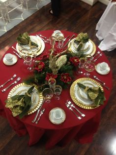 Best Christmas Table Decor ideas for Christmas 2019 where traditions meets grandeur - Hike n Dip Make your Christmas special with the best Christmas Table decoration ideas. These Christmas tablescapes are bound to make your Christmas dinner special. Indoor Christmas Decorations, Christmas Table Settings, Christmas Tablescapes, Christmas Centerpieces, Holiday Tables, Tree Decorations, Easy Christmas Dinner, Christmas 2019, Simple Christmas