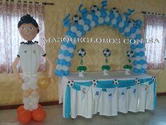 """Mesa con arco de globos para una comunión. Tema """"FUTBOL"""""""
