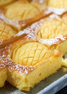 Rezept für Apfel-Grießkuchen bei Essen und Trinken. Ein Rezept für 24 Personen. Und weitere Rezepte in den Kategorien Eier, Getreide, Gewürze, Milch + Milchprodukte, Nüsse, Obst, Kinderrezepte, Kuchen / Torte, Backen, Kochen, Einfach, Gut vorzubereiten.